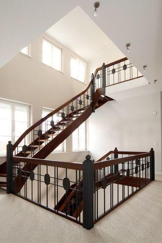 treppen kaufen treppen aus massiven holzstufen oder treppenrenovierung mit parkett. Black Bedroom Furniture Sets. Home Design Ideas